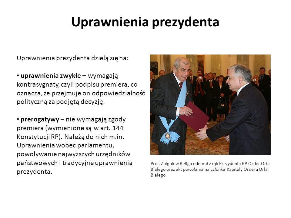 Uprawnienia prezydenta Uprawnienia prezydenta dzielą się na: uprawnienia zwykłe – wymagają kontrasygnaty, czyli podpisu premiera, co oznacza, że przej