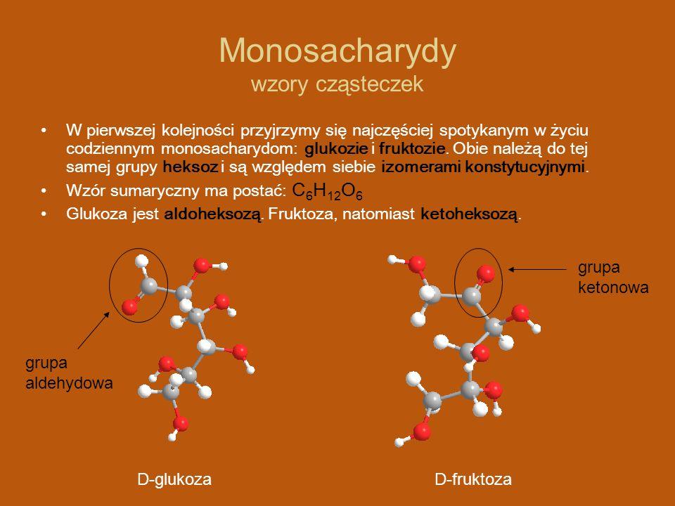 Monosacharydy wzory cząsteczek Aby poprawnie zapisywać wszystkie centra stereogeniczne (asymetryczne atomy węgla) występujące w cząsteczkach glukozy i fruktozy, używa się wzory Fishera: D-fruktozaD-glukoza wzór stereochemiczny wzór Fishera wzór stereochemiczny