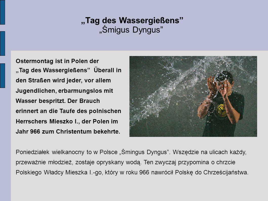 Tag des Wassergießens Śmigus Dyngus Ostermontag ist in Polen der Tag des Wassergießens Überall in den Straßen wird jeder, vor allem Jugendlichen, erba