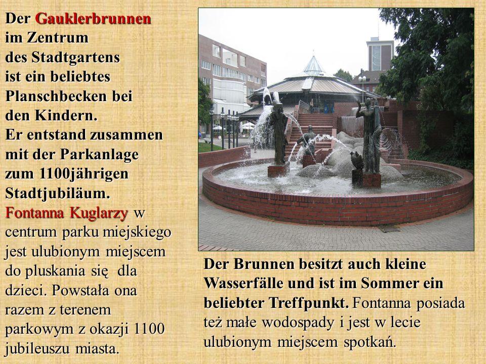 Der Brunnen besitzt auch kleine Wasserfälle und ist im Sommer ein beliebter Treffpunkt. Fontanna posiada też małe wodospady i jest w lecie ulubionym m