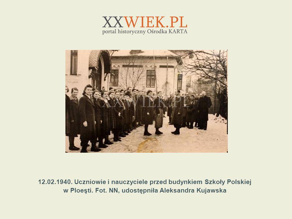 12.02.1940. Uczniowie i nauczyciele przed budynkiem Szkoły Polskiej w Ploeşti. Fot. NN, udostępniła Aleksandra Kujawska