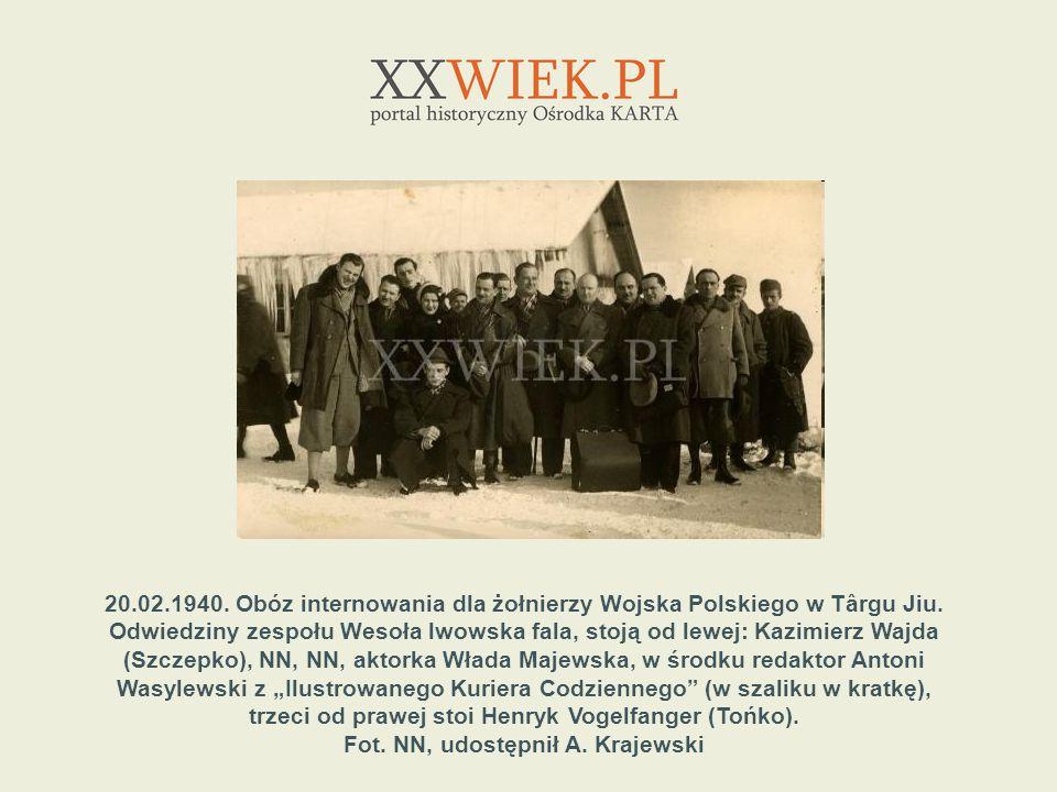20.02.1940. Obóz internowania dla żołnierzy Wojska Polskiego w Târgu Jiu. Odwiedziny zespołu Wesoła lwowska fala, stoją od lewej: Kazimierz Wajda (Szc