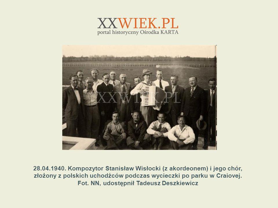28.04.1940. Kompozytor Stanisław Wisłocki (z akordeonem) i jego chór, złożony z polskich uchodźców podczas wycieczki po parku w Craiovej. Fot. NN, udo