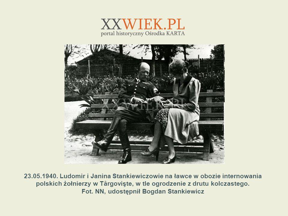 23.05.1940. Ludomir i Janina Stankiewiczowie na ławce w obozie internowania polskich żołnierzy w Târgovişte, w tle ogrodzenie z drutu kolczastego. Fot