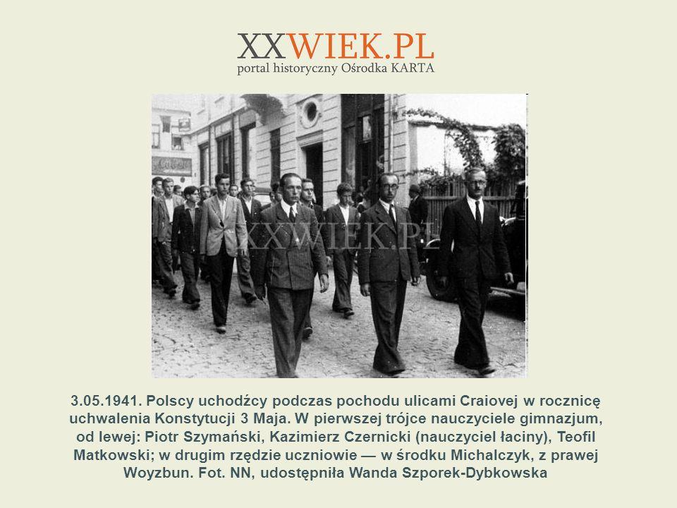 3.05.1941. Polscy uchodźcy podczas pochodu ulicami Craiovej w rocznicę uchwalenia Konstytucji 3 Maja. W pierwszej trójce nauczyciele gimnazjum, od lew