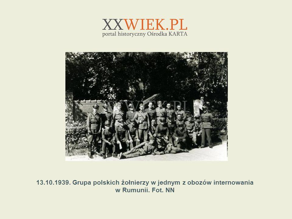 13.10.1939. Grupa polskich żołnierzy w jednym z obozów internowania w Rumunii. Fot. NN