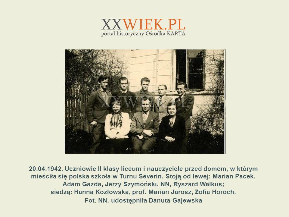 20.04.1942. Uczniowie II klasy liceum i nauczyciele przed domem, w którym mieściła się polska szkoła w Turnu Severin. Stoją od lewej: Marian Pacek, Ad