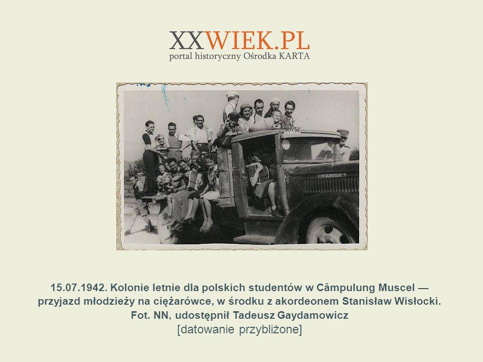 15.07.1942. Kolonie letnie dla polskich studentów w Câmpulung Muscel przyjazd młodzieży na ciężarówce, w środku z akordeonem Stanisław Wisłocki. Fot.