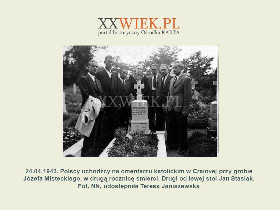 24.04.1943. Polscy uchodźcy na cmentarzu katolickim w Craiovej przy grobie Józefa Misteckiego, w drugą rocznicę śmierci. Drugi od lewej stoi Jan Stasi