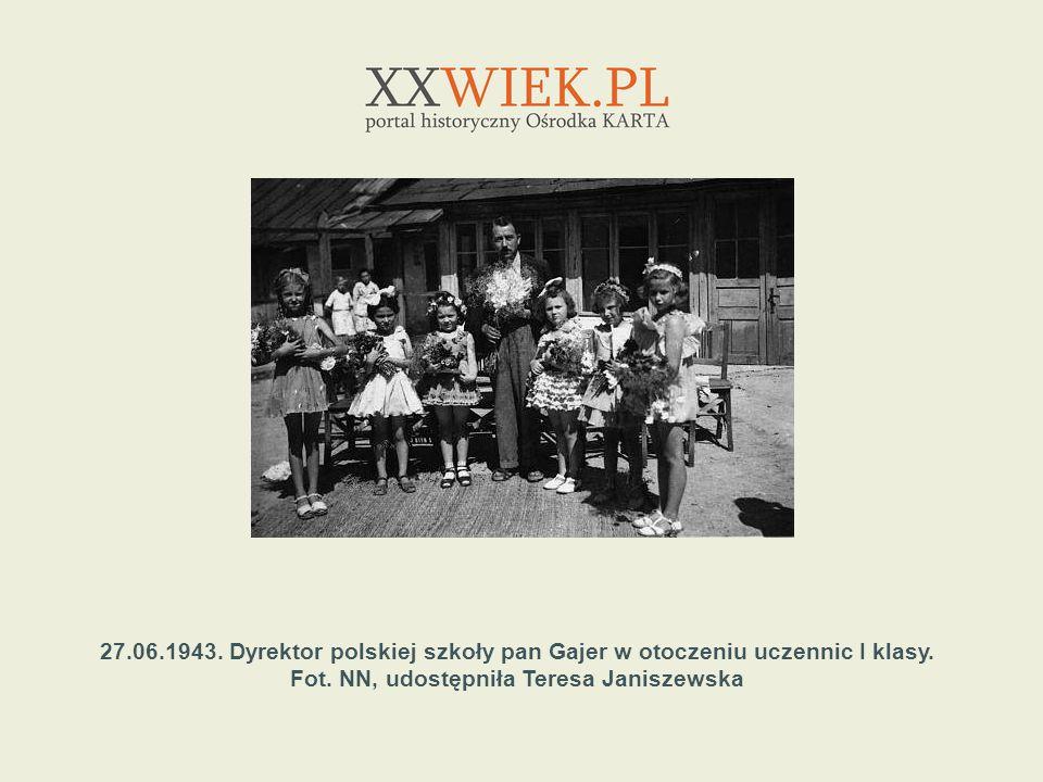 27.06.1943. Dyrektor polskiej szkoły pan Gajer w otoczeniu uczennic I klasy. Fot. NN, udostępniła Teresa Janiszewska