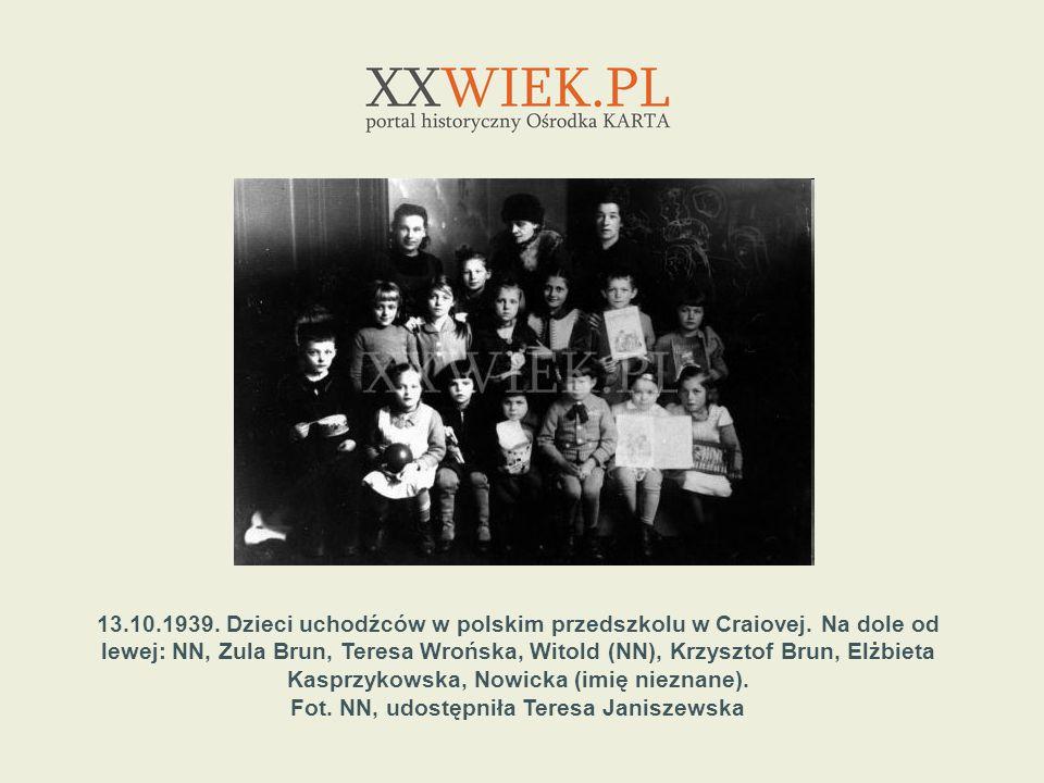 13.10.1939. Dzieci uchodźców w polskim przedszkolu w Craiovej. Na dole od lewej: NN, Zula Brun, Teresa Wrońska, Witold (NN), Krzysztof Brun, Elżbieta