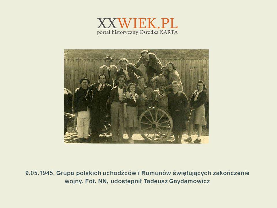 9.05.1945. Grupa polskich uchodźców i Rumunów świętujących zakończenie wojny. Fot. NN, udostępnił Tadeusz Gaydamowicz