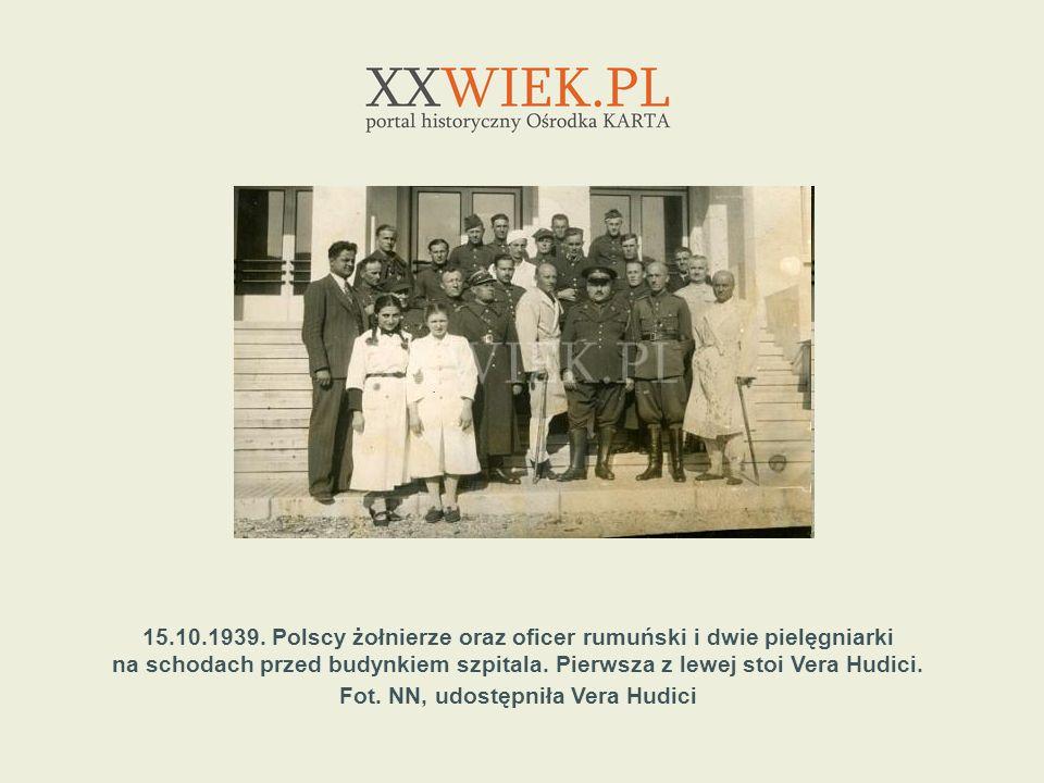 15.10.1939. Polscy żołnierze oraz oficer rumuński i dwie pielęgniarki na schodach przed budynkiem szpitala. Pierwsza z lewej stoi Vera Hudici. Fot. NN