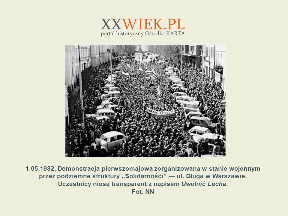 1.05.1982. Demonstracja pierwszomajowa zorganizowana w stanie wojennym przez podziemne struktury Solidarności ul. Długa w Warszawie. Uczestnicy niosą