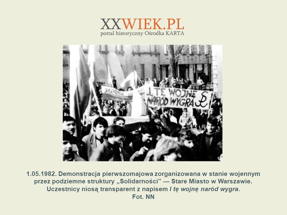 1.05.1982. Demonstracja pierwszomajowa zorganizowana w stanie wojennym przez podziemne struktury Solidarności Stare Miasto w Warszawie. Uczestnicy nio