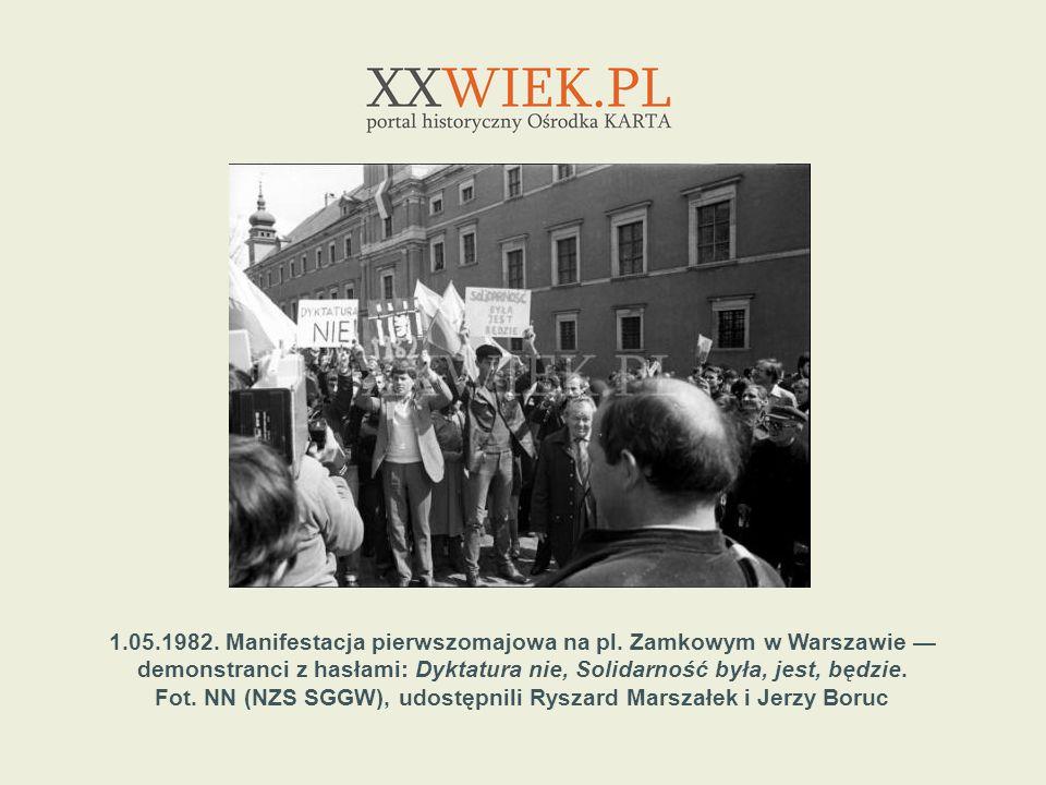 1.05.1982. Manifestacja pierwszomajowa na pl. Zamkowym w Warszawie demonstranci z hasłami: Dyktatura nie, Solidarność była, jest, będzie. Fot. NN (NZS