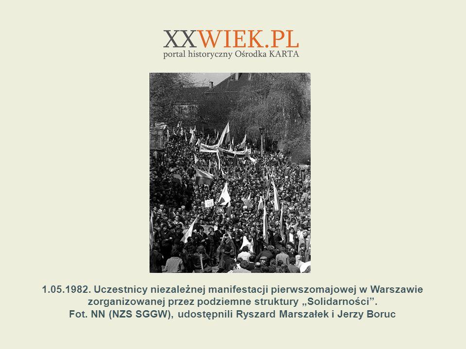 1.05.1982. Uczestnicy niezależnej manifestacji pierwszomajowej w Warszawie zorganizowanej przez podziemne struktury Solidarności. Fot. NN (NZS SGGW),