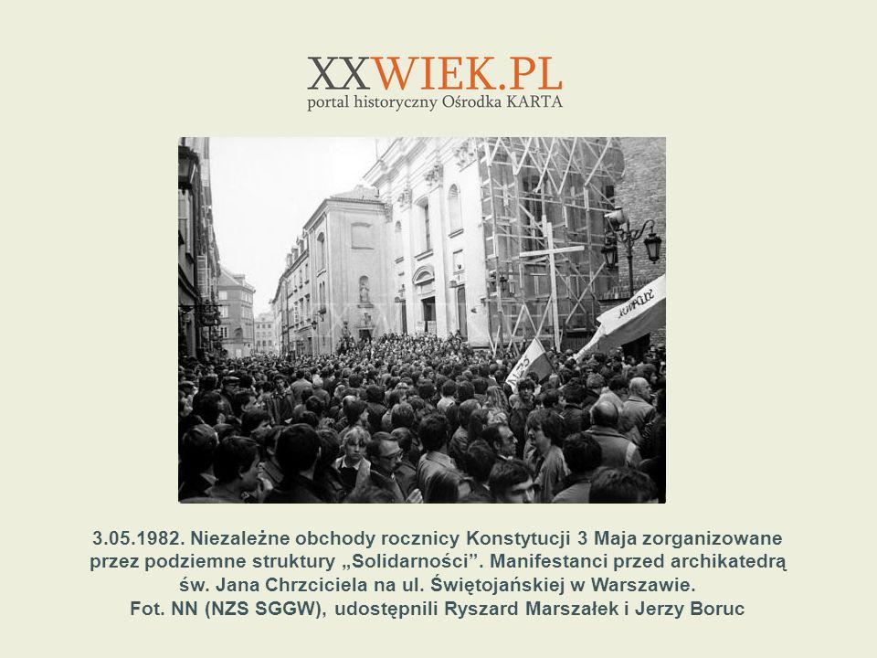 3.05.1982. Niezależne obchody rocznicy Konstytucji 3 Maja zorganizowane przez podziemne struktury Solidarności. Manifestanci przed archikatedrą św. Ja
