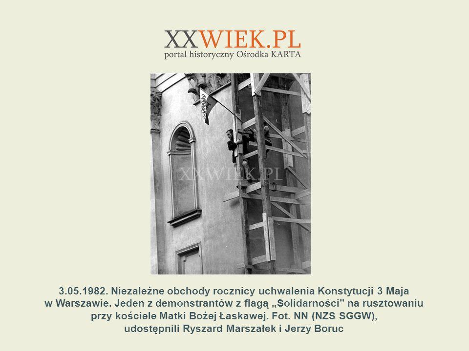 3.05.1982. Niezależne obchody rocznicy uchwalenia Konstytucji 3 Maja w Warszawie. Jeden z demonstrantów z flagą Solidarności na rusztowaniu przy kości