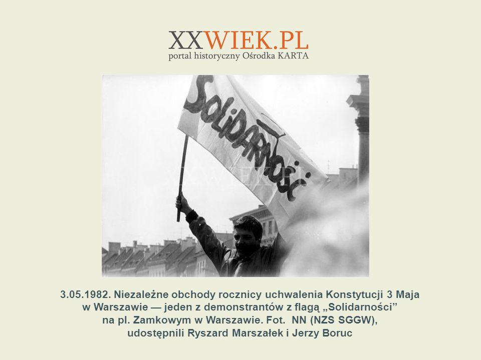 3.05.1982. Niezależne obchody rocznicy uchwalenia Konstytucji 3 Maja w Warszawie jeden z demonstrantów z flagą Solidarności na pl. Zamkowym w Warszawi