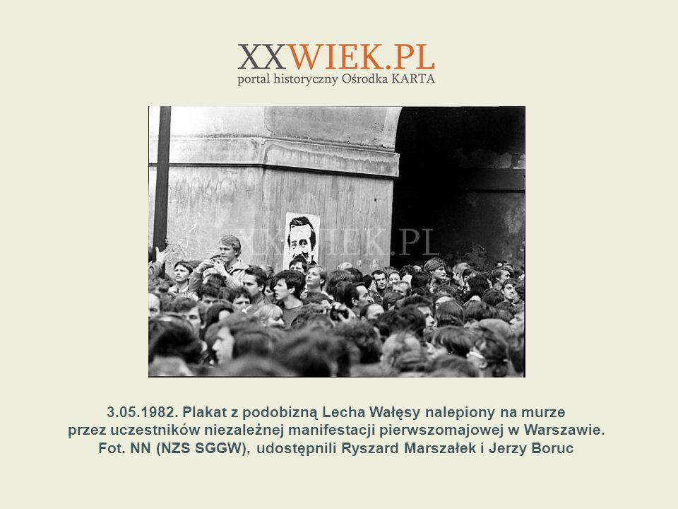3.05.1982. Plakat z podobizną Lecha Wałęsy nalepiony na murze przez uczestników niezależnej manifestacji pierwszomajowej w Warszawie. Fot. NN (NZS SGG