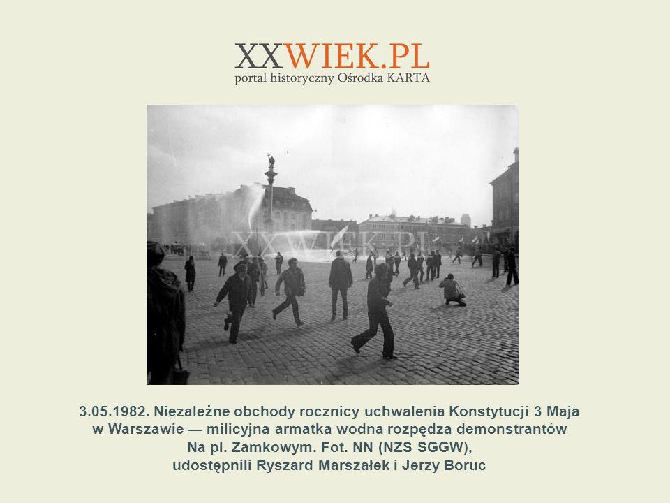 3.05.1982. Niezależne obchody rocznicy uchwalenia Konstytucji 3 Maja w Warszawie milicyjna armatka wodna rozpędza demonstrantów Na pl. Zamkowym. Fot.