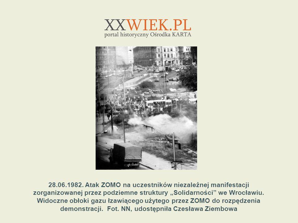 28.06.1982. Atak ZOMO na uczestników niezależnej manifestacji zorganizowanej przez podziemne struktury Solidarności we Wrocławiu. Widoczne obłoki gazu