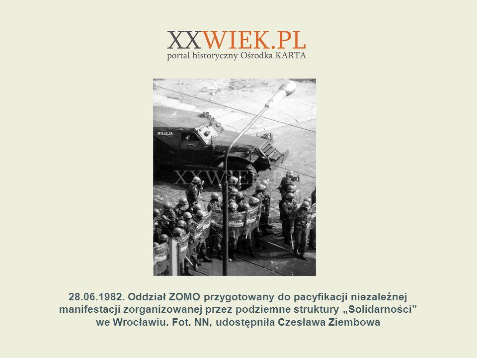 28.06.1982. Oddział ZOMO przygotowany do pacyfikacji niezależnej manifestacji zorganizowanej przez podziemne struktury Solidarności we Wrocławiu. Fot.