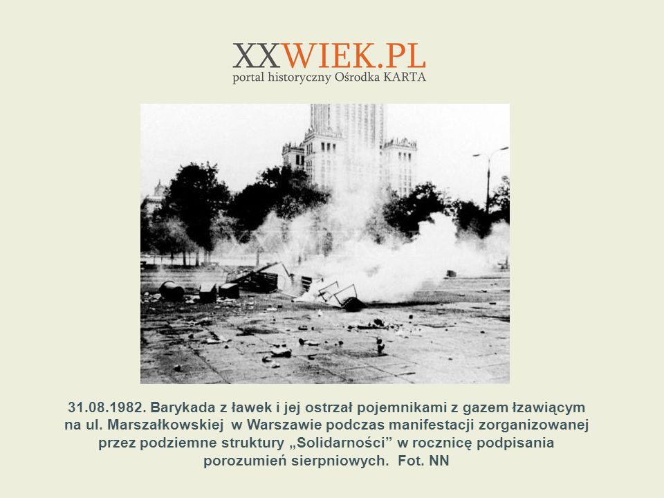 31.08.1982. Barykada z ławek i jej ostrzał pojemnikami z gazem łzawiącym na ul. Marszałkowskiej w Warszawie podczas manifestacji zorganizowanej przez