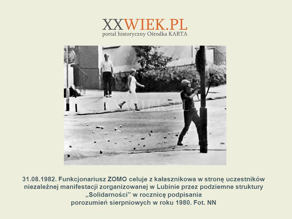31.08.1982. Funkcjonariusz ZOMO celuje z kałasznikowa w stronę uczestników niezależnej manifestacji zorganizowanej w Lubinie przez podziemne struktury