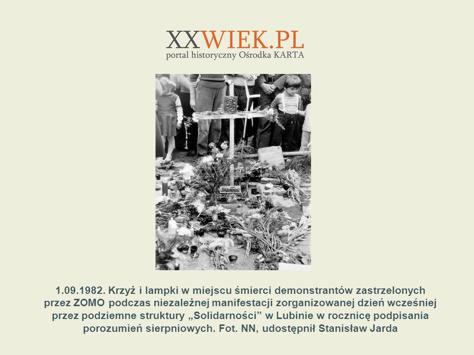 1.09.1982. Krzyż i lampki w miejscu śmierci demonstrantów zastrzelonych przez ZOMO podczas niezależnej manifestacji zorganizowanej dzień wcześniej prz