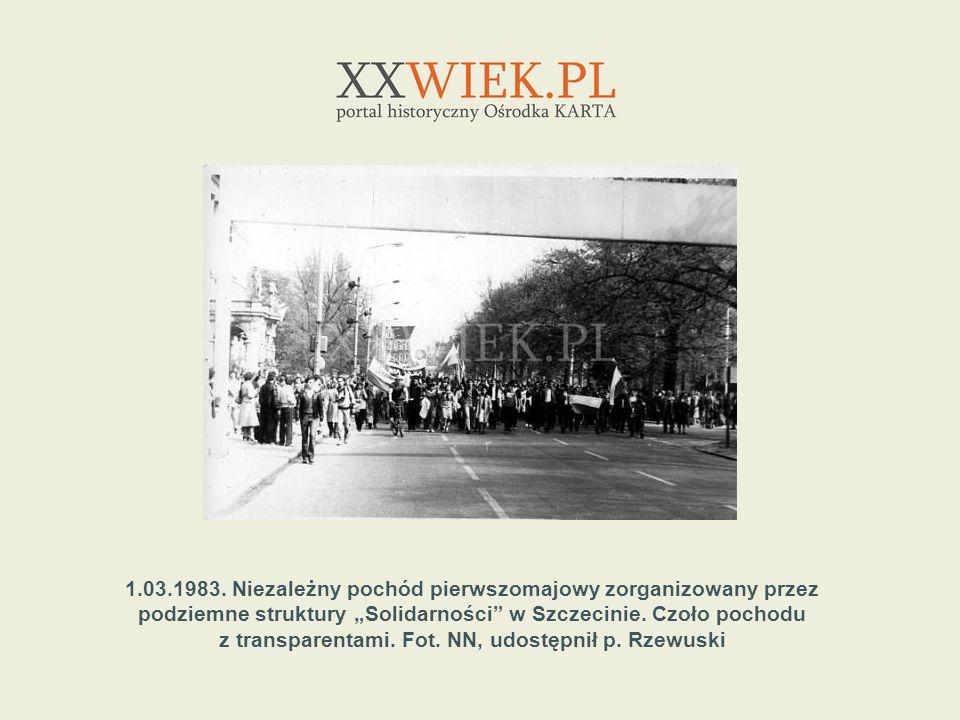 1.03.1983. Niezależny pochód pierwszomajowy zorganizowany przez podziemne struktury Solidarności w Szczecinie. Czoło pochodu z transparentami. Fot. NN