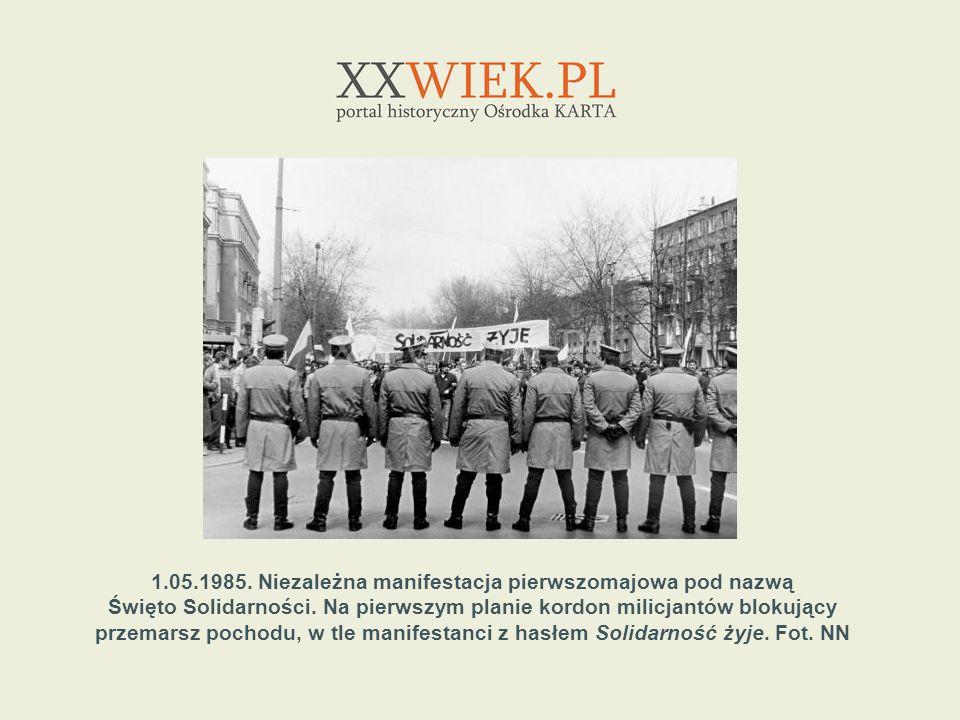 1.05.1985. Niezależna manifestacja pierwszomajowa pod nazwą Święto Solidarności. Na pierwszym planie kordon milicjantów blokujący przemarsz pochodu, w
