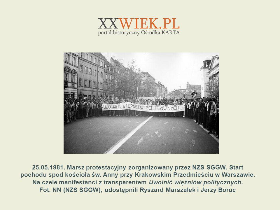 25.05.1981. Marsz protestacyjny zorganizowany przez NZS SGGW. Start pochodu spod kościoła św. Anny przy Krakowskim Przedmieściu w Warszawie. Na czele