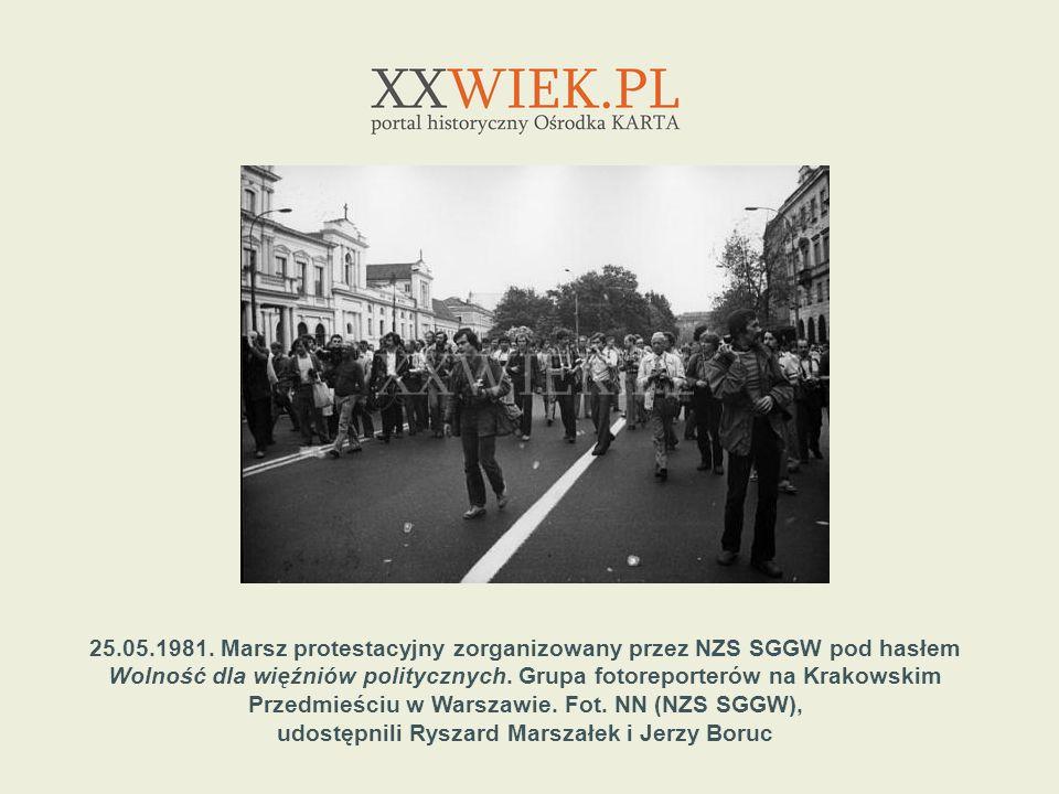 25.05.1981. Marsz protestacyjny zorganizowany przez NZS SGGW pod hasłem Wolność dla więźniów politycznych. Grupa fotoreporterów na Krakowskim Przedmie