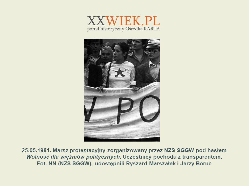 25.05.1981. Marsz protestacyjny zorganizowany przez NZS SGGW pod hasłem Wolność dla więźniów politycznych. Uczestnicy pochodu z transparentem. Fot. NN