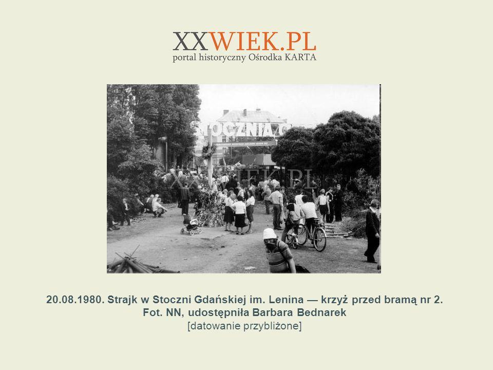 20.08.1980. Strajk w Stoczni Gdańskiej im. Lenina krzyż przed bramą nr 2. Fot. NN, udostępniła Barbara Bednarek [datowanie przybliżone]