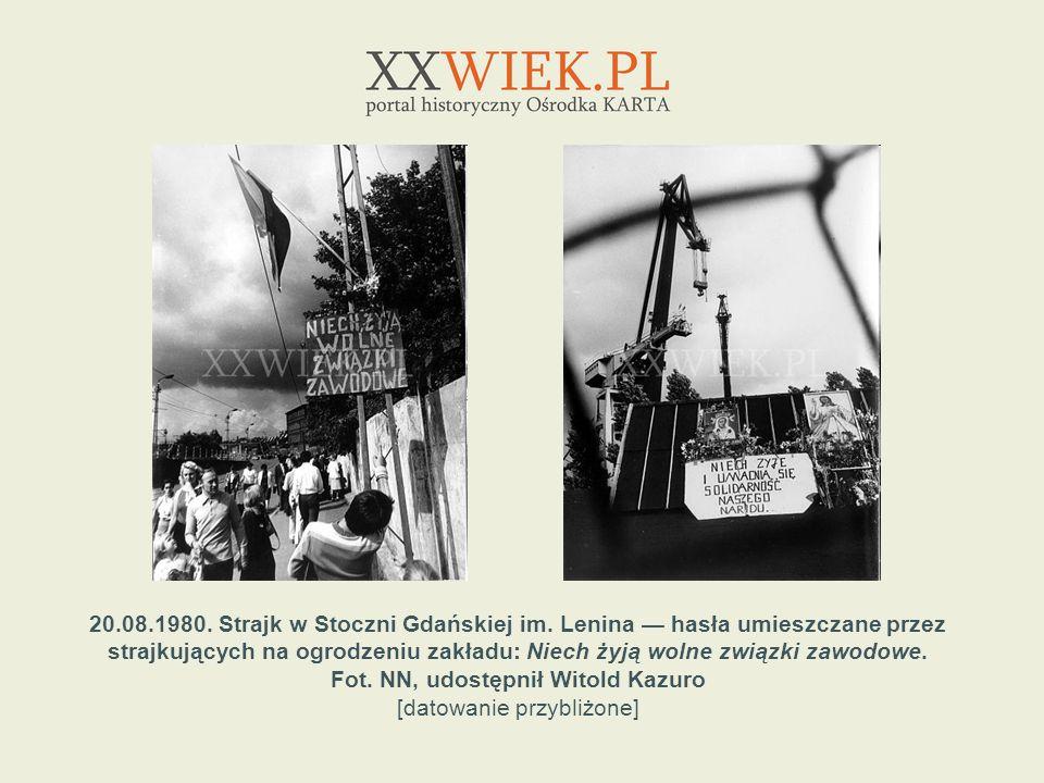 20.08.1980. Strajk w Stoczni Gdańskiej im. Lenina hasła umieszczane przez strajkujących na ogrodzeniu zakładu: Niech żyją wolne związki zawodowe. Fot.