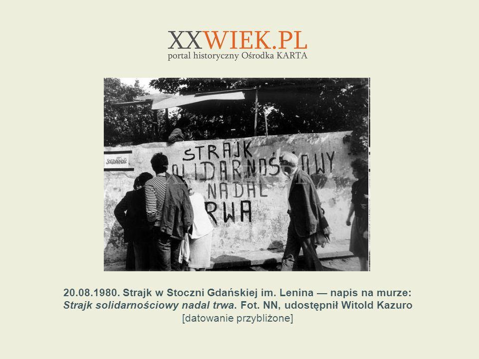 20.08.1980. Strajk w Stoczni Gdańskiej im. Lenina napis na murze: Strajk solidarnościowy nadal trwa. Fot. NN, udostępnił Witold Kazuro [datowanie przy