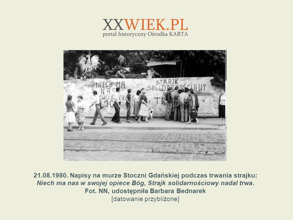 21.08.1980. Napisy na murze Stoczni Gdańskiej podczas trwania strajku: Niech ma nas w swojej opiece Bóg, Strajk solidarnościowy nadal trwa. Fot. NN, u