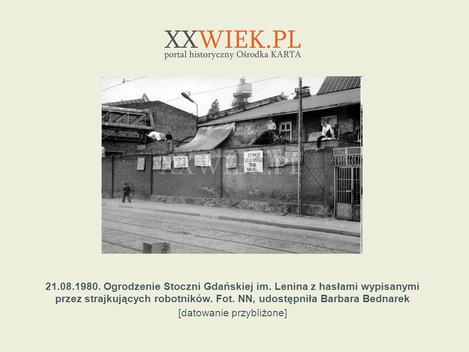 21.08.1980. Ogrodzenie Stoczni Gdańskiej im. Lenina z hasłami wypisanymi przez strajkujących robotników. Fot. NN, udostępniła Barbara Bednarek [datowa