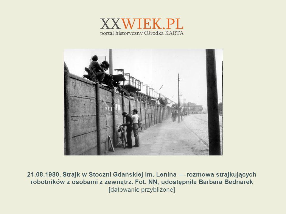 21.08.1980. Strajk w Stoczni Gdańskiej im. Lenina rozmowa strajkujących robotników z osobami z zewnątrz. Fot. NN, udostępniła Barbara Bednarek [datowa