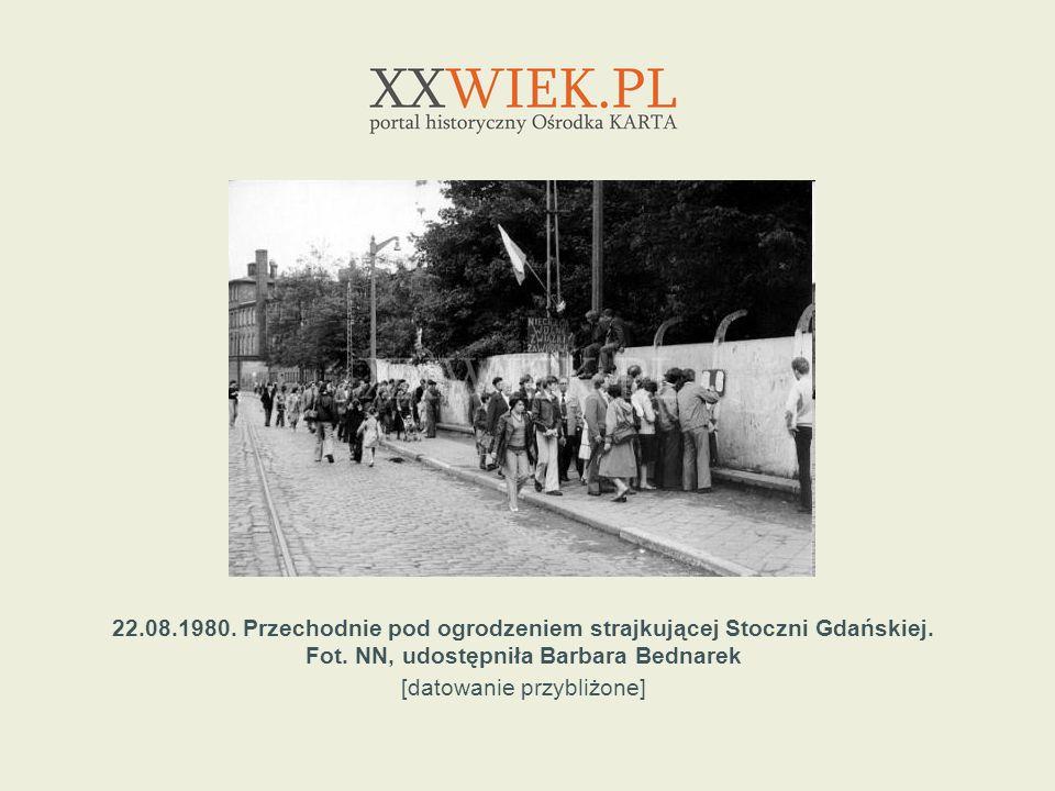22.08.1980. Przechodnie pod ogrodzeniem strajkującej Stoczni Gdańskiej. Fot. NN, udostępniła Barbara Bednarek [datowanie przybliżone]