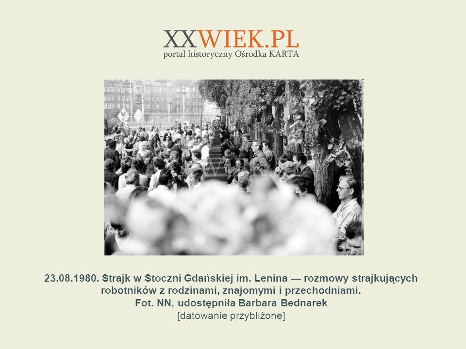 23.08.1980. Strajk w Stoczni Gdańskiej im. Lenina rozmowy strajkujących robotników z rodzinami, znajomymi i przechodniami. Fot. NN, udostępniła Barbar