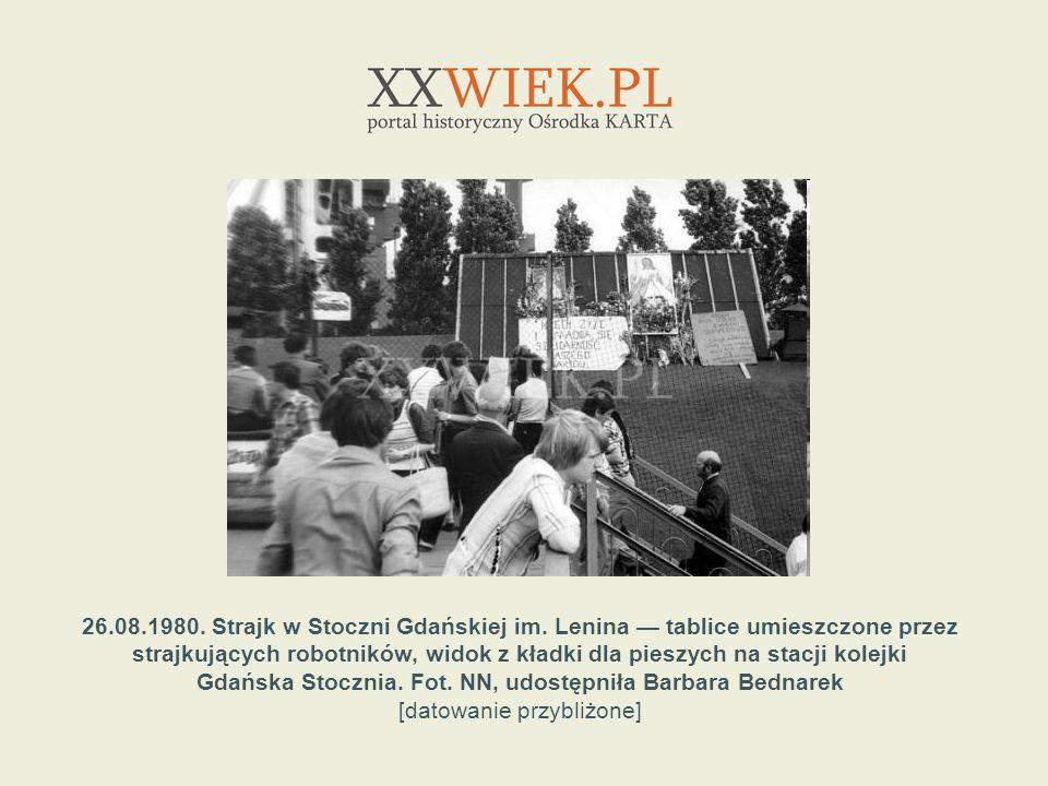 26.08.1980. Strajk w Stoczni Gdańskiej im. Lenina tablice umieszczone przez strajkujących robotników, widok z kładki dla pieszych na stacji kolejki Gd