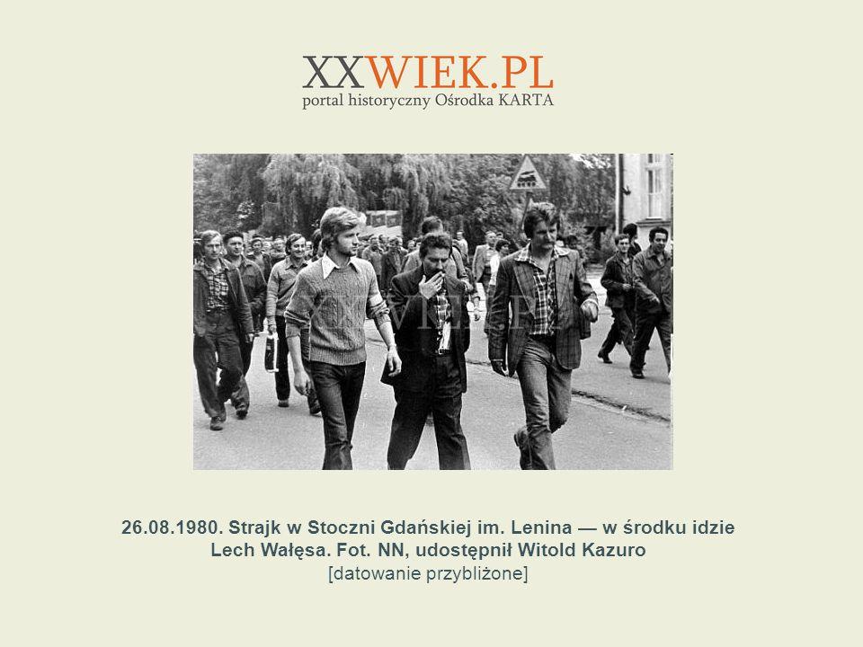 26.08.1980. Strajk w Stoczni Gdańskiej im. Lenina w środku idzie Lech Wałęsa. Fot. NN, udostępnił Witold Kazuro [datowanie przybliżone]