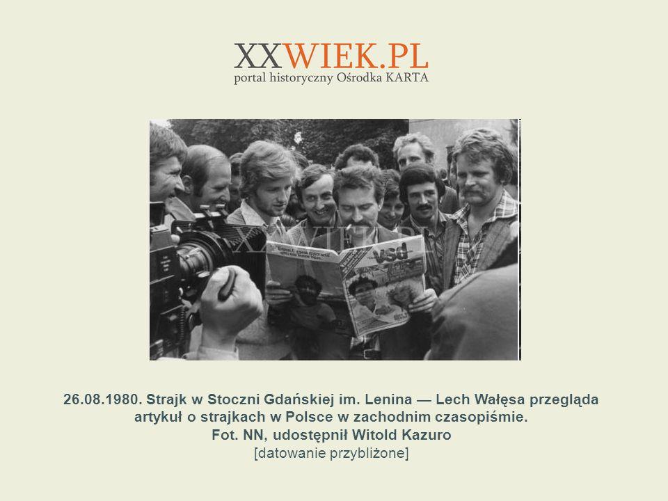 26.08.1980. Strajk w Stoczni Gdańskiej im. Lenina Lech Wałęsa przegląda artykuł o strajkach w Polsce w zachodnim czasopiśmie. Fot. NN, udostępnił Wito