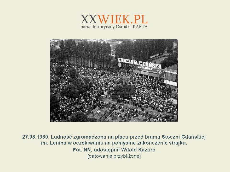 27.08.1980. Ludność zgromadzona na placu przed bramą Stoczni Gdańskiej im. Lenina w oczekiwaniu na pomyślne zakończenie strajku. Fot. NN, udostępnił W