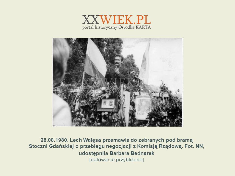 28.08.1980. Lech Wałęsa przemawia do zebranych pod bramą Stoczni Gdańskiej o przebiegu negocjacji z Komisją Rządową. Fot. NN, udostępniła Barbara Bedn