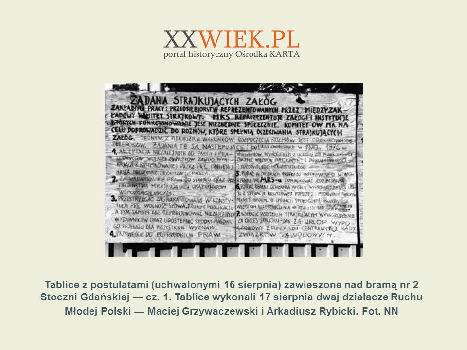 Tablice z postulatami (uchwalonymi 16 sierpnia) zawieszone nad bramą nr 2 Stoczni Gdańskiej cz. 1. Tablice wykonali 17 sierpnia dwaj działacze Ruchu M